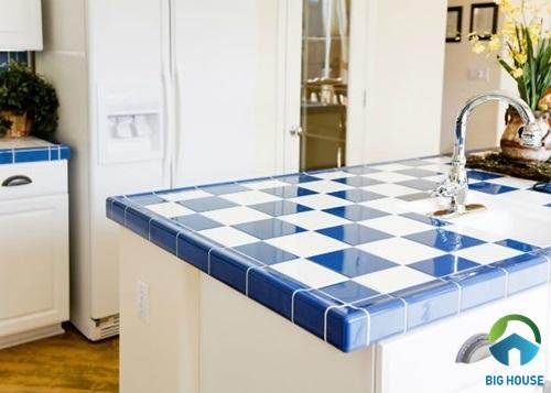 gạch lát bàn bếp caro trắng xanh