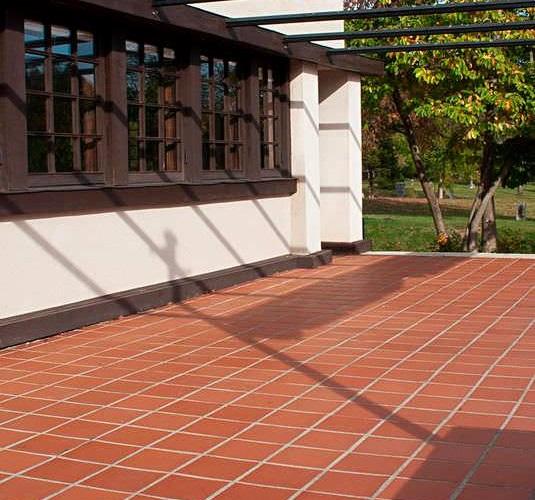 Báo giá gạch đỏ lát sân vườn chống trơn chi tiết kèm mẫu đẹp 2021
